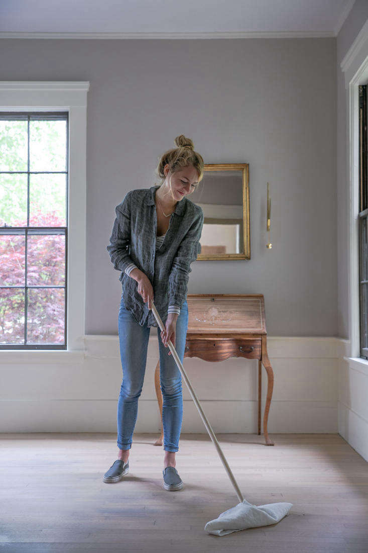 To use, simply push the mop along the floor, being careful not to lift it off the floor. When one side gets dirty, flip the mop and use the other side. Once both sides are soiled, remove the cloth, rinse, re-wet with cleaning solution, squeeze, and rewrap.