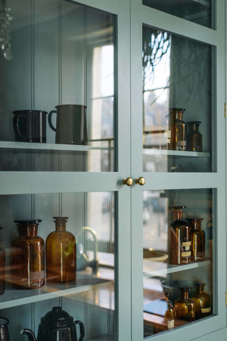 By adding a Real Shaker cabinet, Parker also wanted to remind homeowners that the various deVol lines are meant to be mixed.