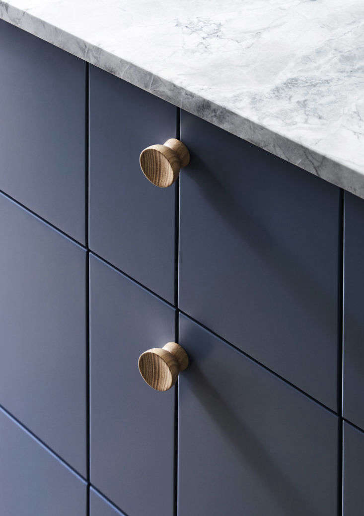 The cabinet pulls are made of Tasmanian oak, from Australian architectural hardware brand In-teria.