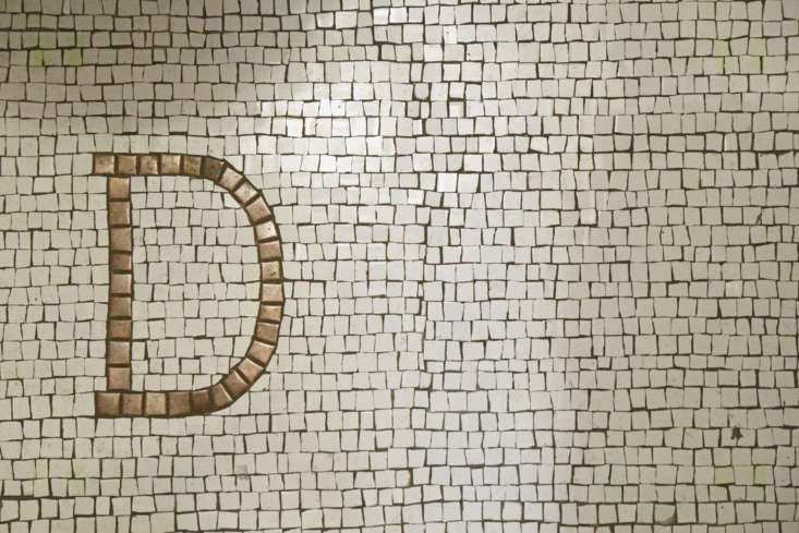 In the bathroom, a thoughtful detail on the floor: &#8
