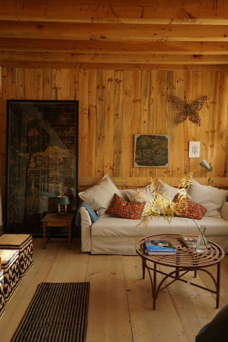 wide plank pine floors, exposed rafters, and a wall of knotty wood paneling len 14