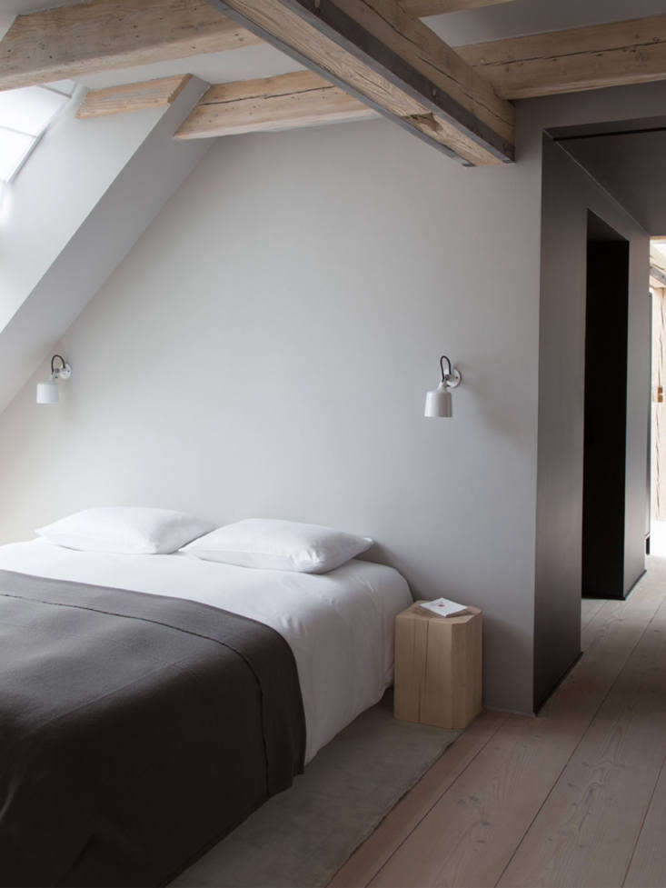 the second bedroom, with vipp wall spots as bedside reading lights. 17
