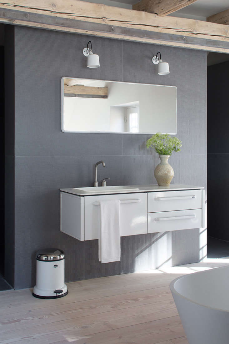 the vanity. (note the iconic vipp \13 pedal bin.) 19