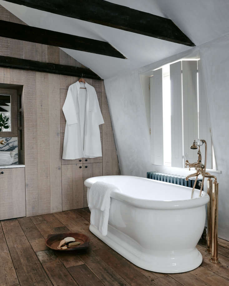 Steal This Look Ensuite Bath Alcove in a London Renovation The walls, created from rough cross sawn limed oak, have integrated storage cabinets throughout. Photography by Michael Sinclair, courtesy ofChan + EayrsfromThe Design Is in the Details: The Weavers House, Chan + Eayrs' Huguenot Inspired Oasis in London.