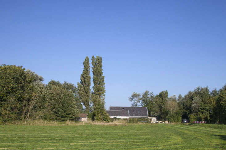 From a distance, the house unassumingly blends into the landscape of Goeree-Overflakkee.