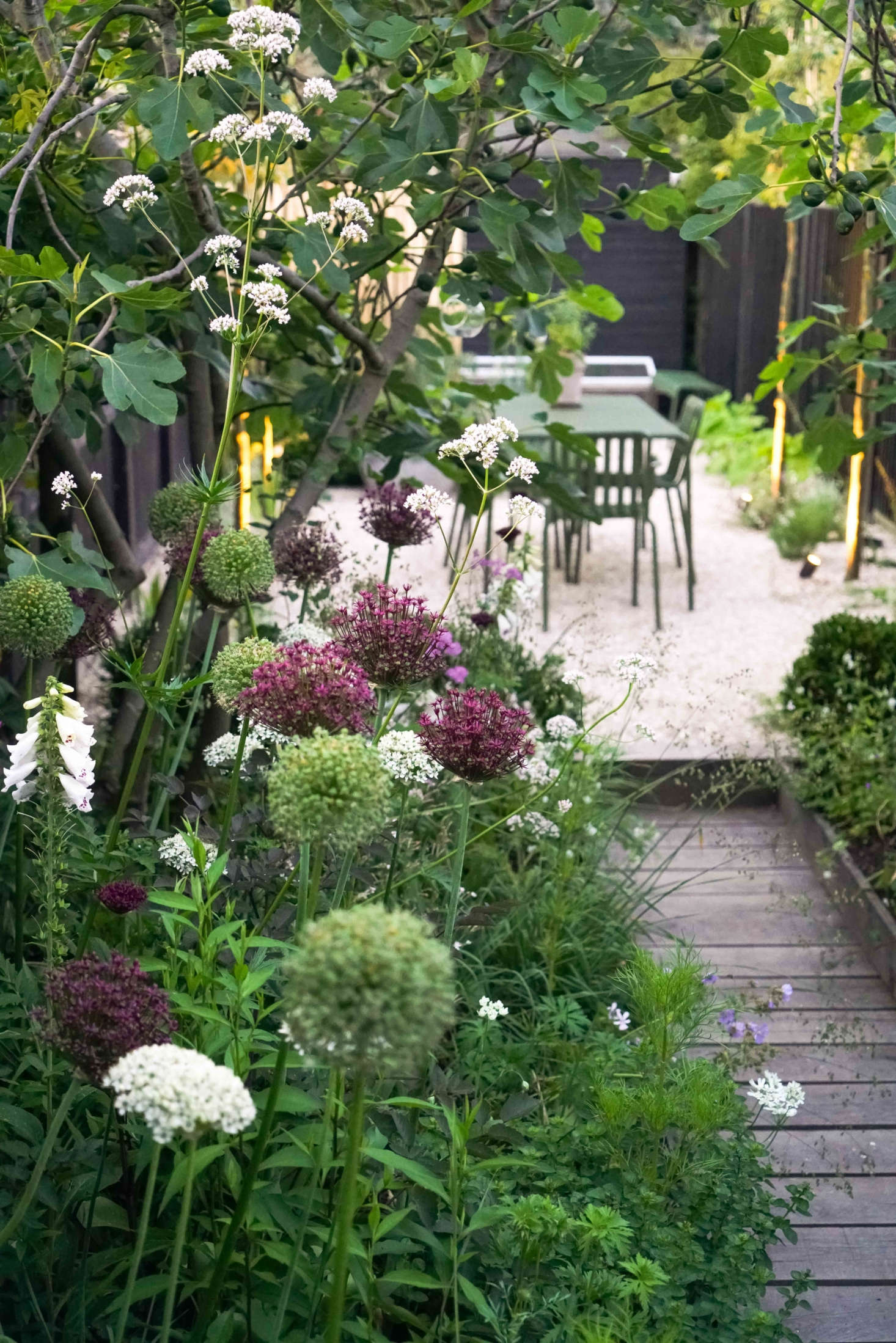 In the harbor town of Whitstable, Kent, designers Farlam & Chandler created a charming courtyard garden and breakfast terrace with subtle nods to the seaside like the crushed cockle shell surface and sunken English oak boardwalk. See more inBefore & After: A Seaside English Garden by Farlam & Chandler.