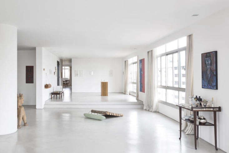 """""""Un piso monolítico recorre todo el departamento y refuerza la continuidad de las estancias.  Los bloques de granito sueltos ayudan a superar los huecos existentes """", explica Hess."""