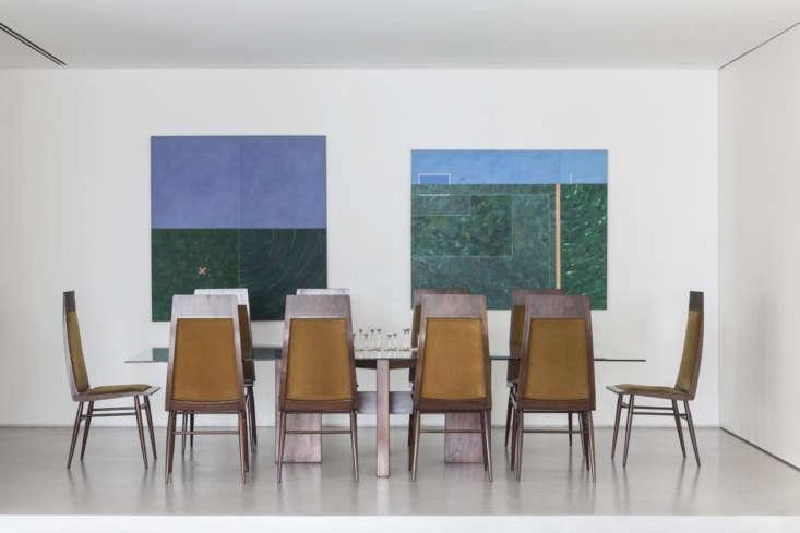 La sala principal está dividida en niveles: dos escalones conducen al comedor y la cocina y dos escalones conducen a la sala de estar.