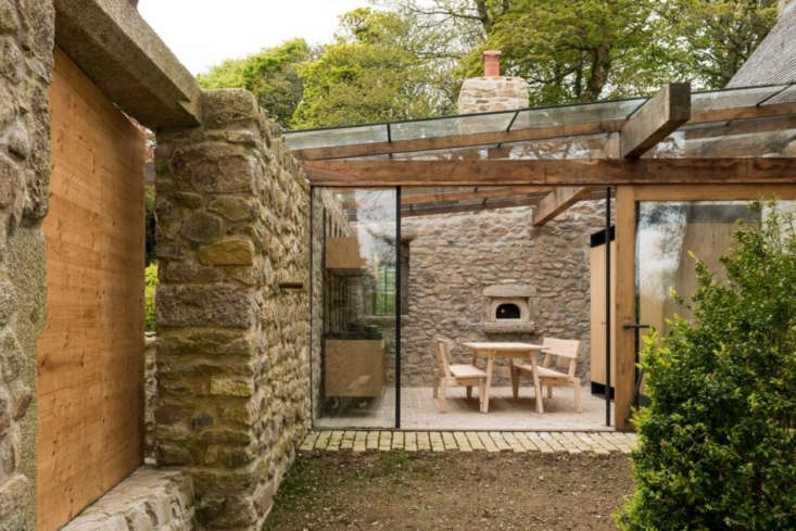 The view from the outside in.(For another greenhouse-like kitchen, see An English Glasshouse Addition with a deVol Kitchen for an Aesthete and a Chef.)
