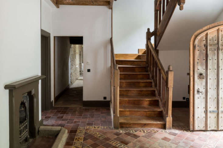 The building&#8\2\17;s original millwork, stonework, floor tiles, and fireplaces have been exposed and restored.