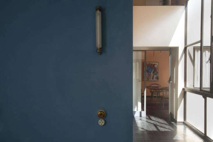 12 Design Lessons from Le Corbusiers Maison La Roche in Paris The balcony above the entrance staircase has a single wall painted in Blue Charron.