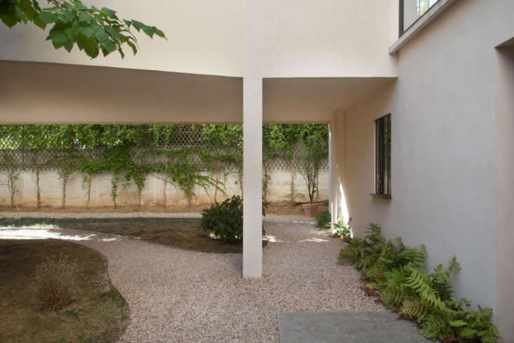 12 Design Lessons from Le Corbusiers Maison La Roche in Paris The garden at Maison La Roche is simple and spare, with gravel surfaces, ferns, and espaliered vines.