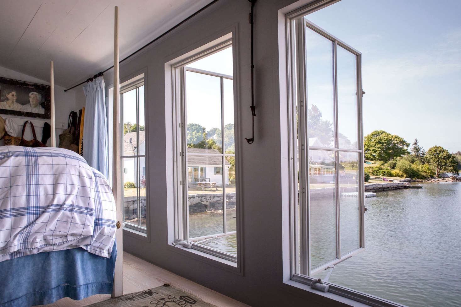 To take in as much of the view as possible, the couple installed floor-to-ceiling Anderson 400 Series casement windows along the entire length of the bedroom wall, as well as on the floor above.