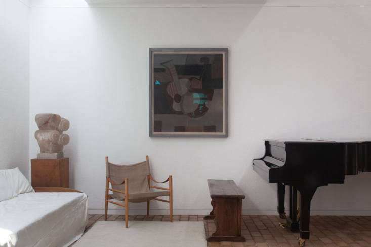 The alabaster Forms by George Kennethson from the 60s and33 (musical instruments) by Ben Nicholson inspire the selection of surrounding furniture.