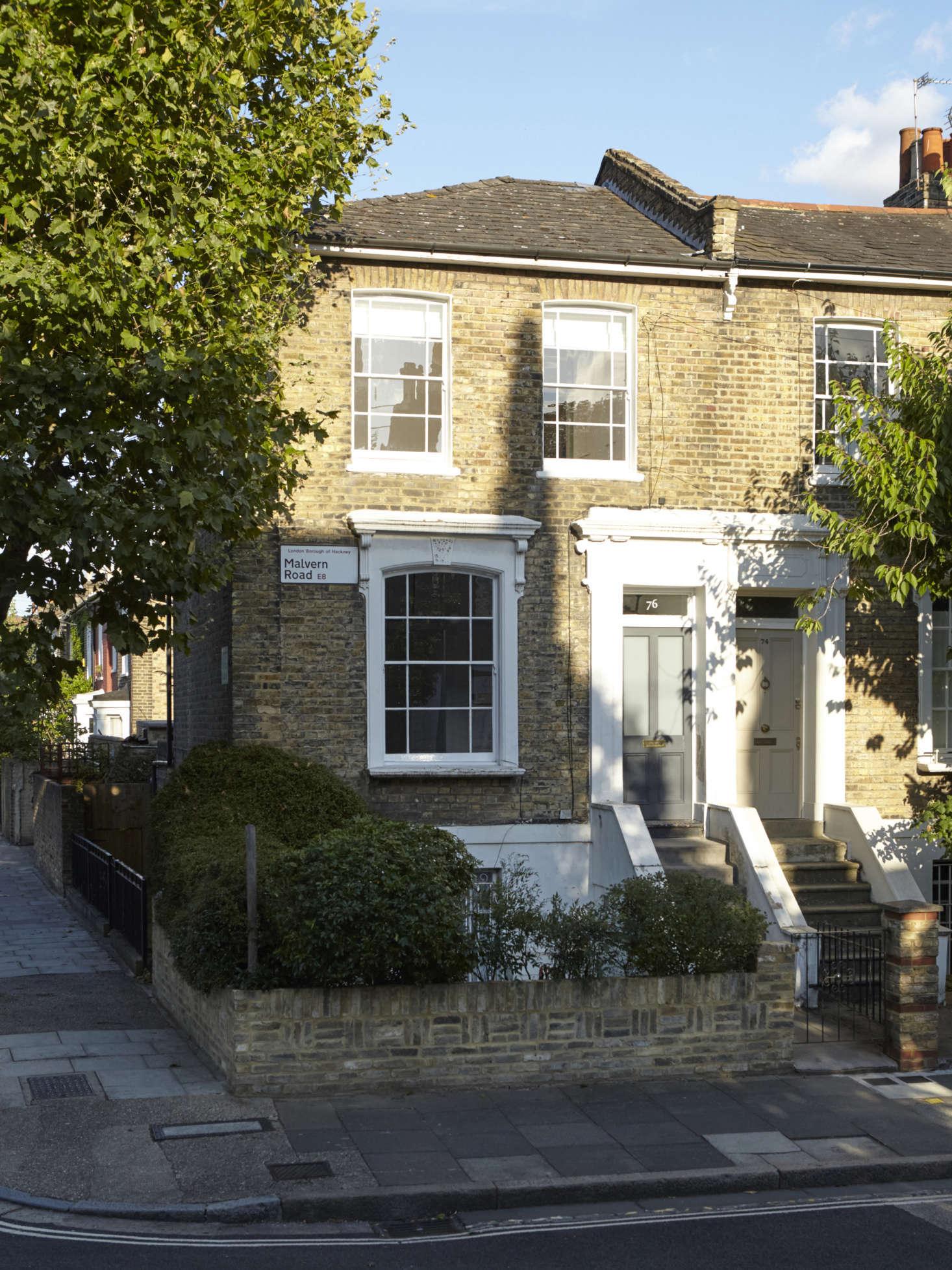 O exterior da pequena casa com terraço georgiano.  & # 8