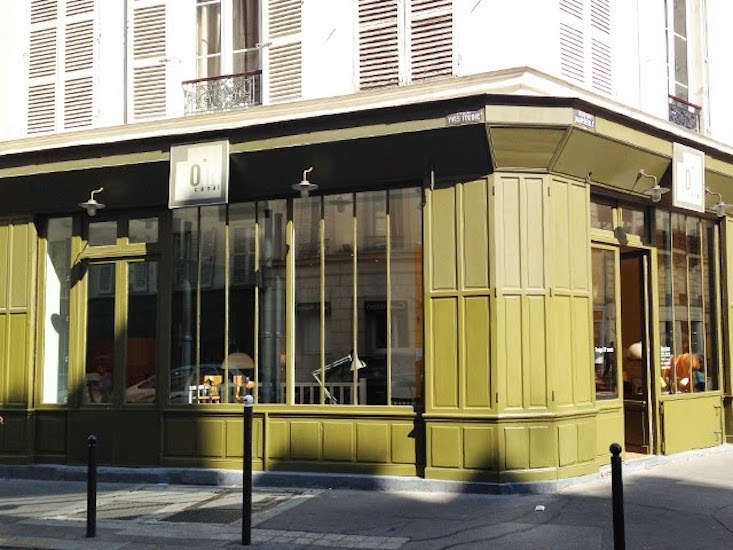 The olive green-painted exterior of Coin Canal can&#8
