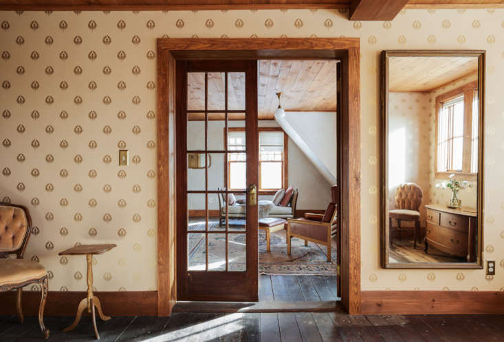 Throughout the upstairs, Percy and Tara selected a series of arts and crafts style wallpaper fromBradbury & Bradbury. For the the bride&#8