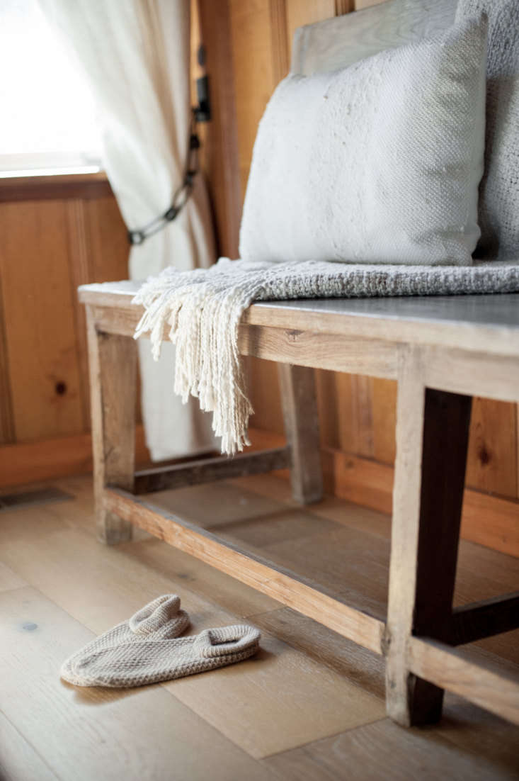 lauren and leanne found the room&#8\2\17;s simple wooden bench at a sale at 19