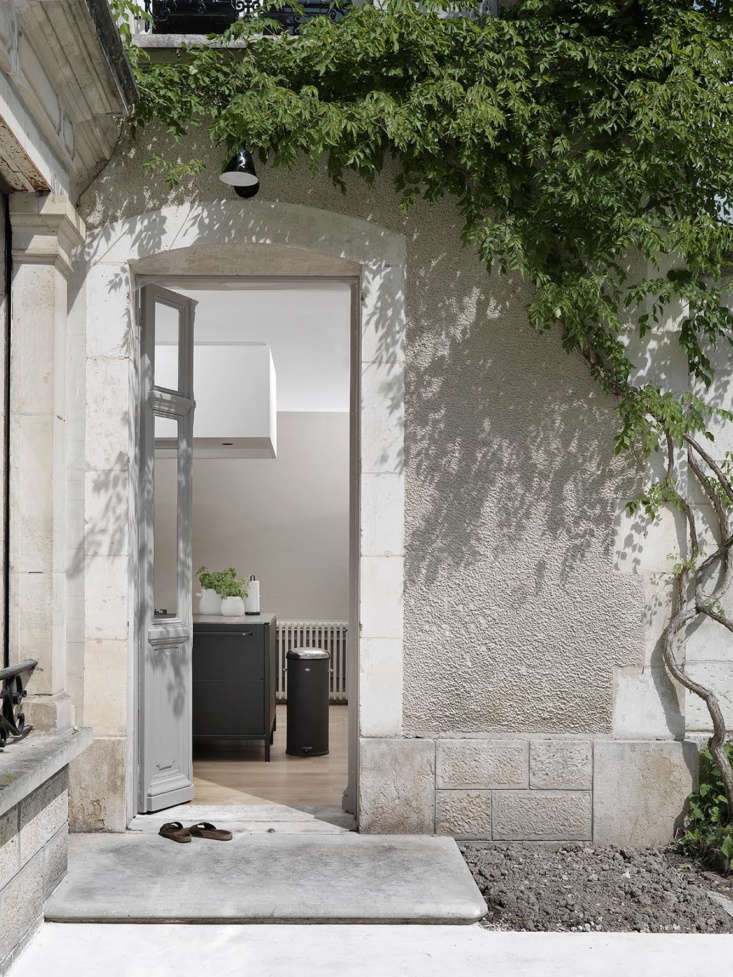 """""""I walk barefoot all day, in and out of the house, so having a kitchen raised on legs spares my feet from bumping into the toe kicks of traditional cabinetry, Cédric says."""