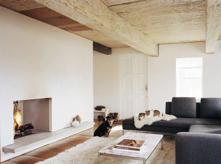 A stone ledge creates a display shelf in the Ten Broek cottage by Messana O&#8