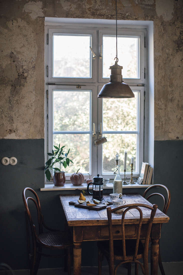 Our Food Stories fans will be glad to see Laura and Nora kept their much-photographed antique breakfast ensemble. It&#8\2\17;s set against a two-toned wall: the upper half is as it was when the two moved in; the lower is in Kabe&#8\2\17;s colored plaster in a shade called Mist.