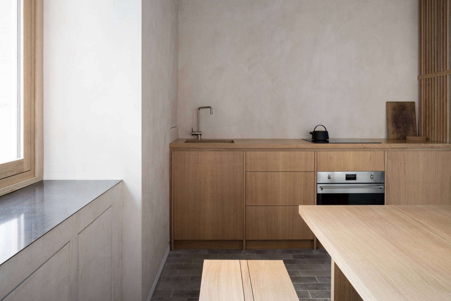 The streamlined window frames are also oak, as is the bespoke kitchen and the slatted screens, a collaboration between Namon and Richard Anstice of 56 North.