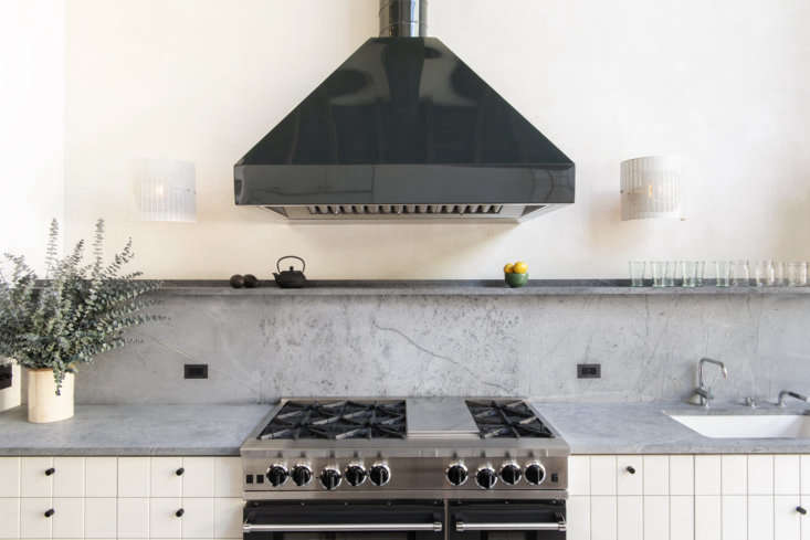 Designed by architect Elizabeth Roberts, this Brooklyn townhouse kitchen features a Vermont soapstone backsplash and counters. See more of the kitchen and house tour via Remodelista post:Serial Remodelers Settle Down: A Brooklyn Townhouse Reinvention from Elizabeth Roberts. Photograph byDustin Askland.