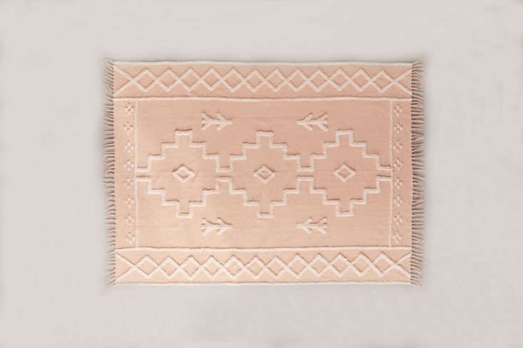 theisidora tufted rughas a raised pattern in creme against a pale pink back 21