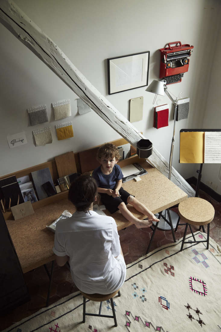 Gesa commutes to her Paris office several days a week. At home, she works from Ikea&#8