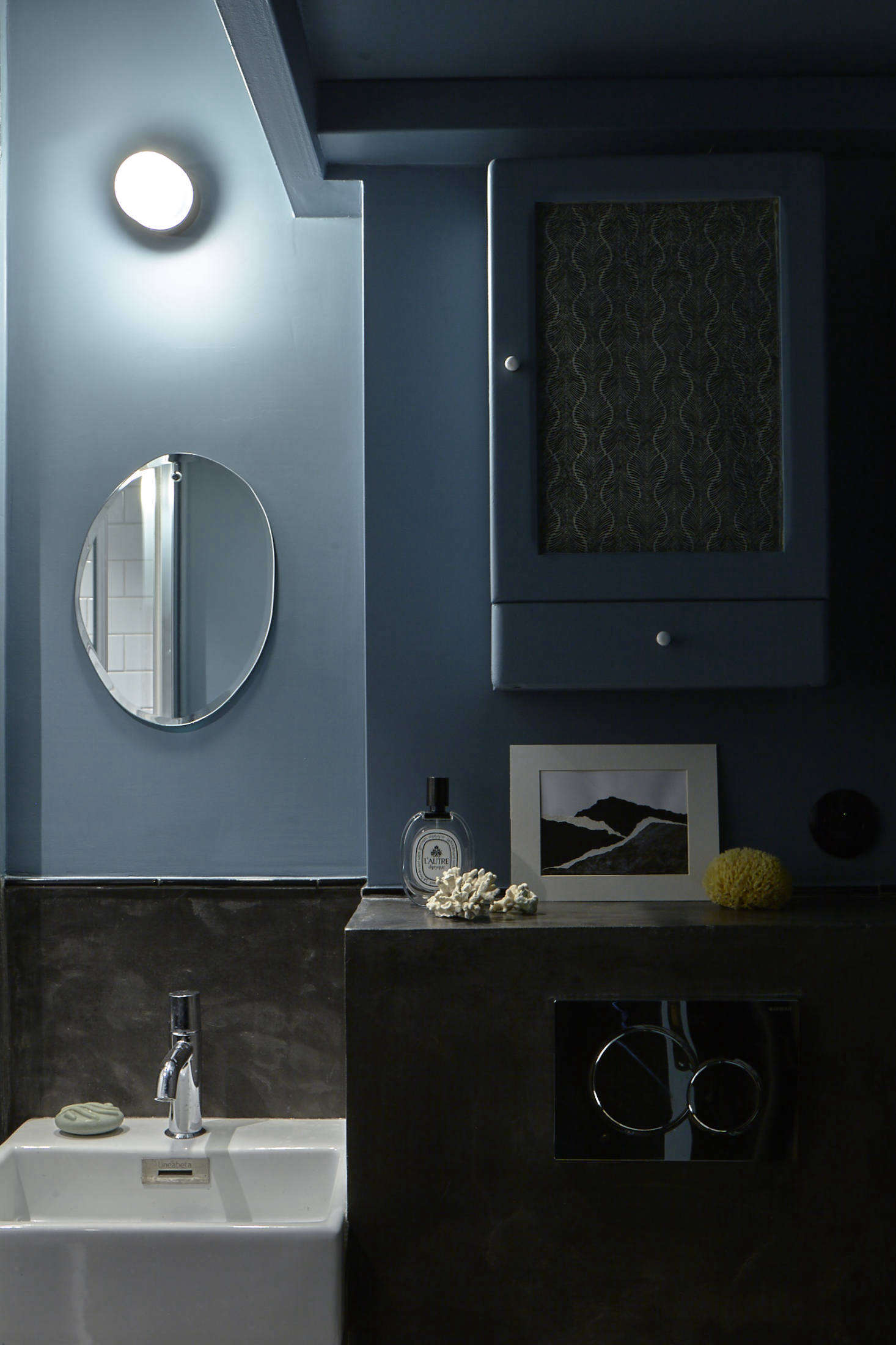 The bath, also in blue, with another whimsical mirror from M Nuance.