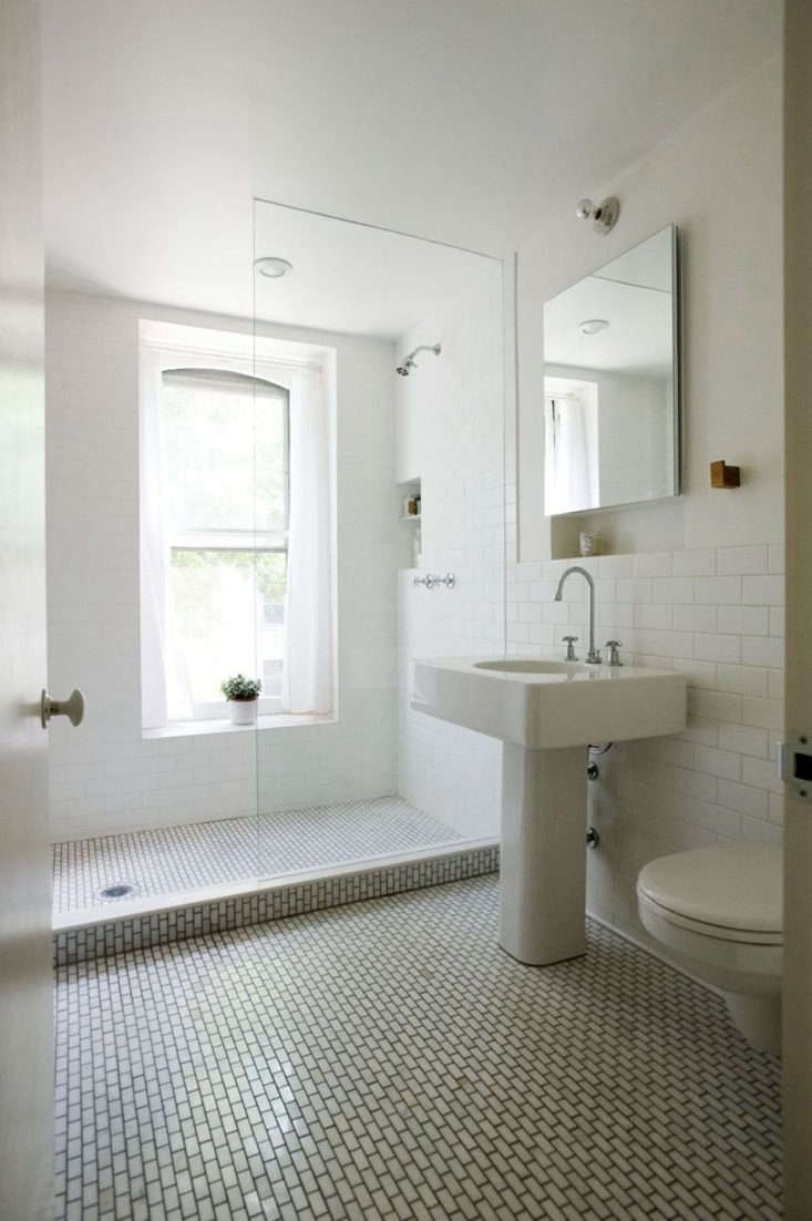 In the remodel of her own Brooklyn brownstone, architect Elizabeth Roberts installed a Marc Newson for Porcher ceramic pedestal sink. Sadly, the sink is no longer available (though you can occasionally find it on eBay).