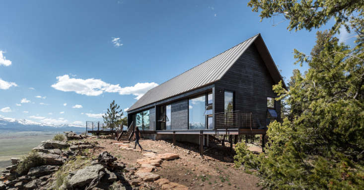 Designed to blend in with the surrounding bristle cone pine and ponderosa forest, the house is clad in rustic-grade cedar stained ebony using Broda Prot-Tek-Tor, a low-VOC, UV-resistant product from CBR of Canada that del Gaudio uses in just about all of her projects.