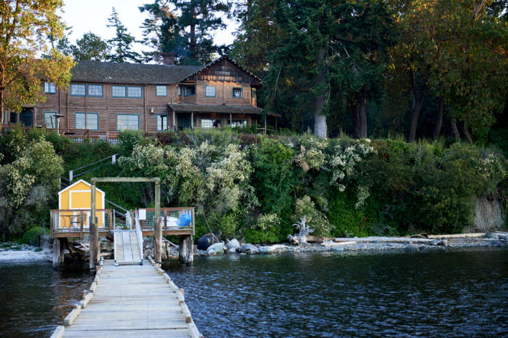 Captain Whidbey is set on six acres in Whidbey Island. Visitors can access the inn by car, ferry, or private boat; if you choose the latter option, you&#8