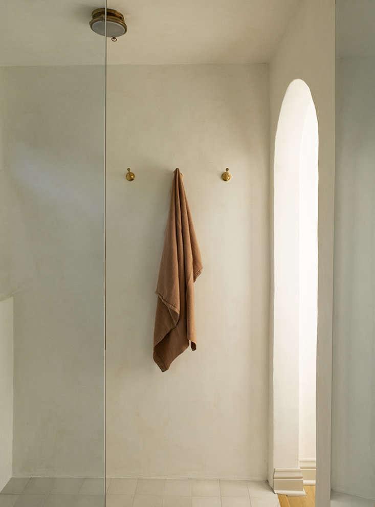 reath design holmby house la master bath laure joliet photo 26