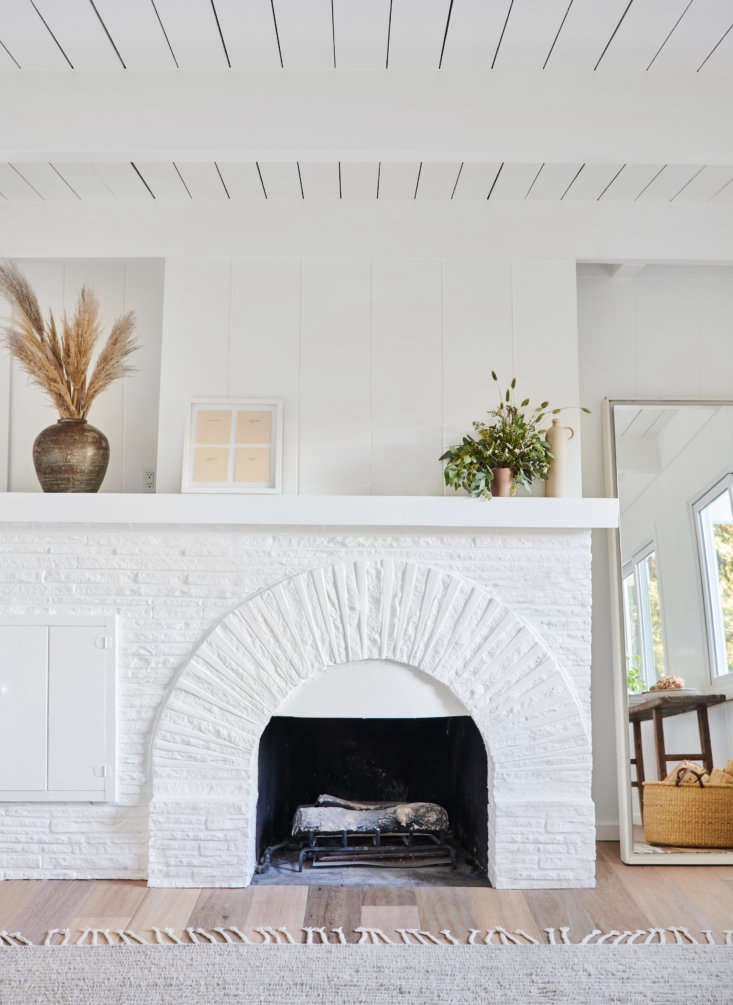 California Style Epitomized An Airy Lakeside House Redone by Jenni Kayne &#8\2\20;I am consistently drawn to neutrals, in both my wardrobe and home design, because they feel timeless, natural, and relaxing,&#8\2\2\1; Jenni says. &#8\2\20;My trick is to focus on texture and feeling, introducing different natural materials to create a richness that never feels dated or too busy.&#8\2\2\1; Case in point: A mix of textures here includes woven baskets, dried grasses, and paintedwood cladding.