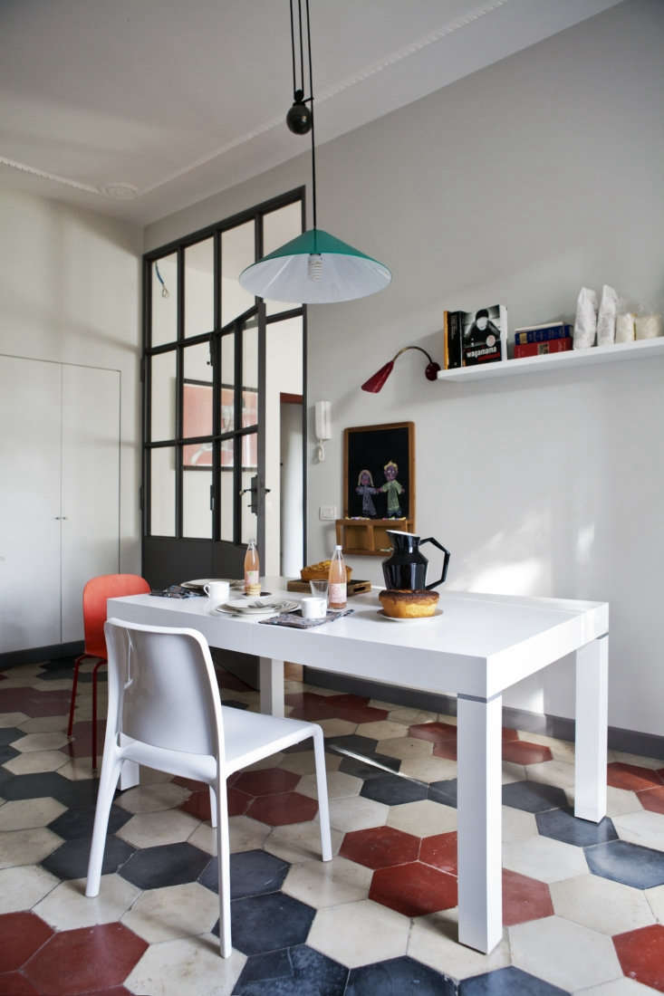 a bright turquoise pendant—theaggregato by artemide—hangs above the break 11