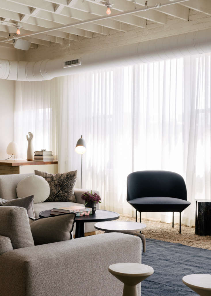 the couple opted for an all white backdrop for their warmly neutral furnishings 10