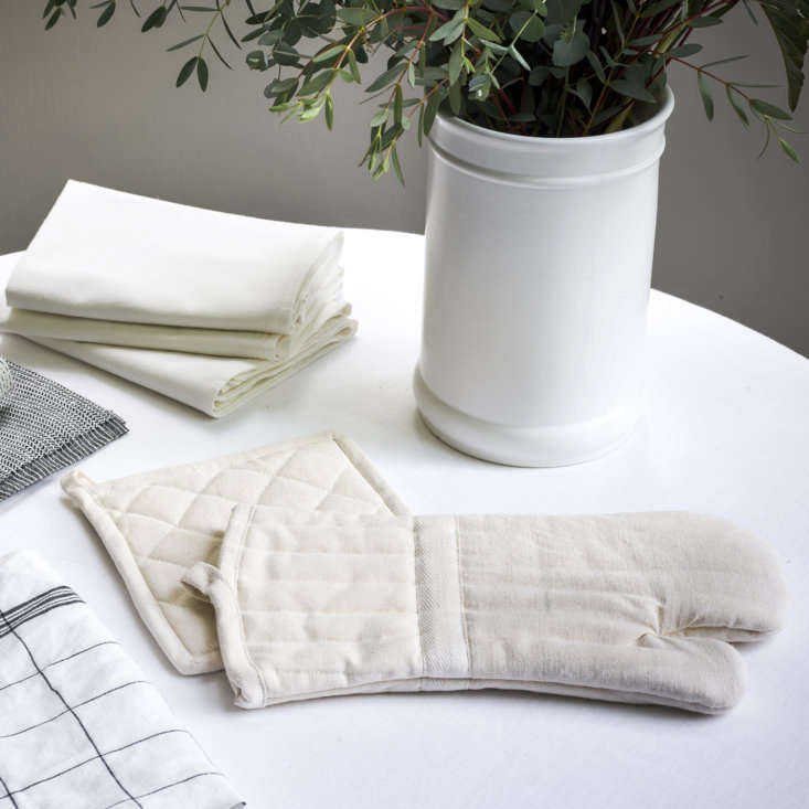 The Oven Mitt and Pot Holder ($) are made of 0 percent organic cotton.