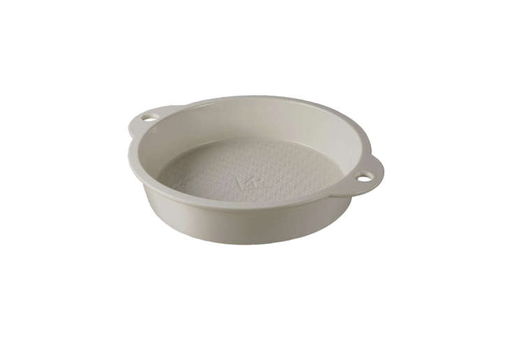 another style from revol les naturals, the les naturals round cake pan in cream 19