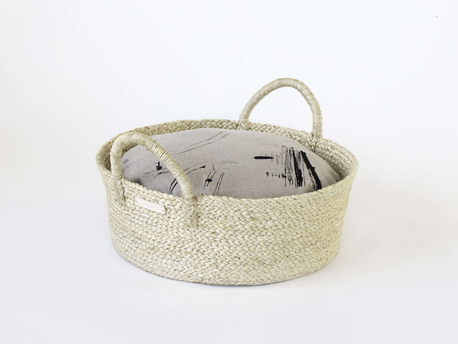 Basket pet bed from Faunamade with modern black and tan linen patterned cover for cats and dogs