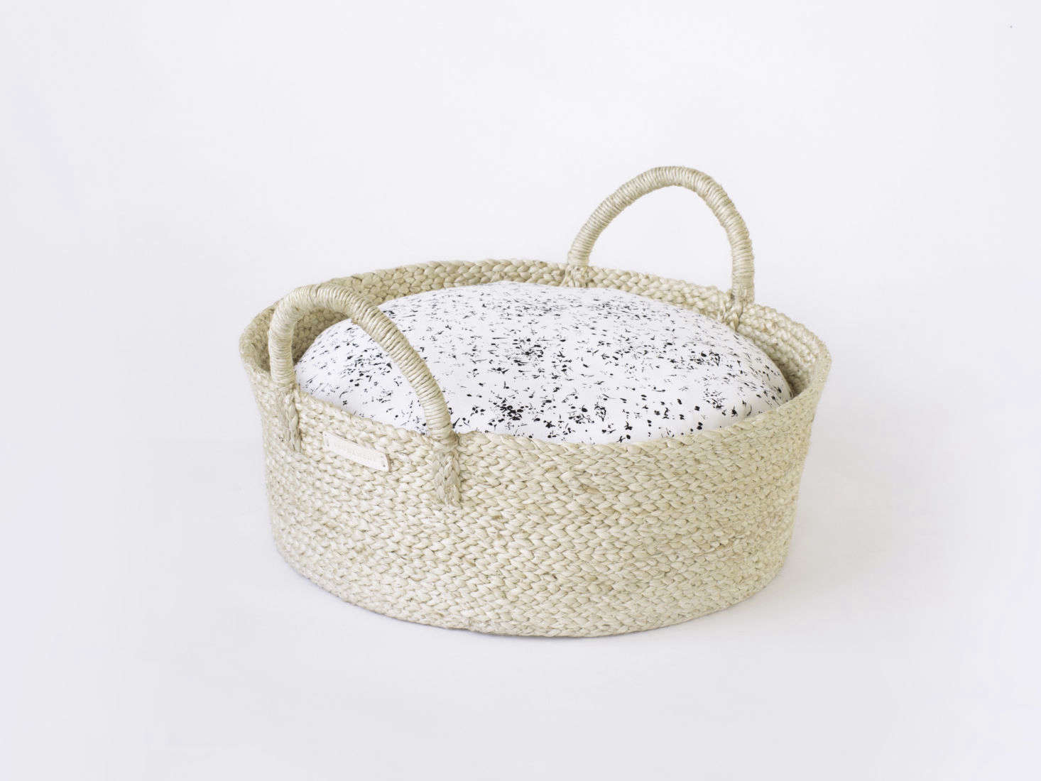 Basket pet bed from Faunamade with black and white Japanese linen cover for cats and dogs