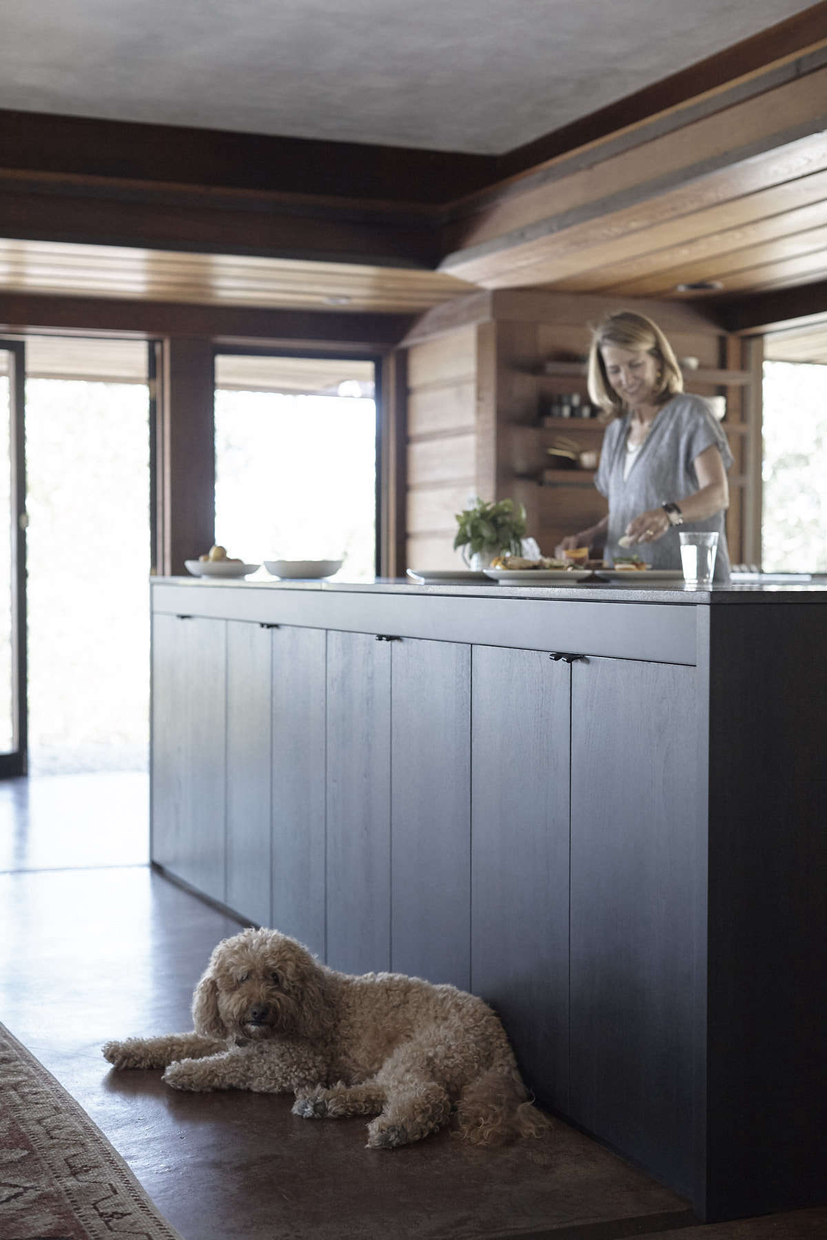When Janet and Mark moved in, the existing culinary space was a glossy European black lacquer kitchen system from the 90s. The new Henrybuilt kitchen is made of stained walnut with a matte black finish. &#8