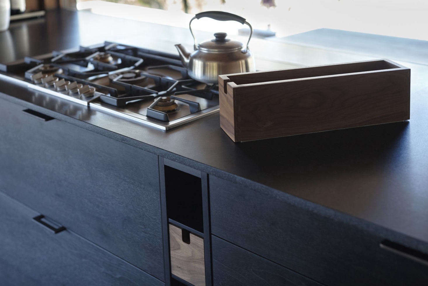The cooktop is the Gaggenau Vario 0 Series Gas Cooktop and the tea kettle is by Sori Yanagi. Henrybuilt&#8