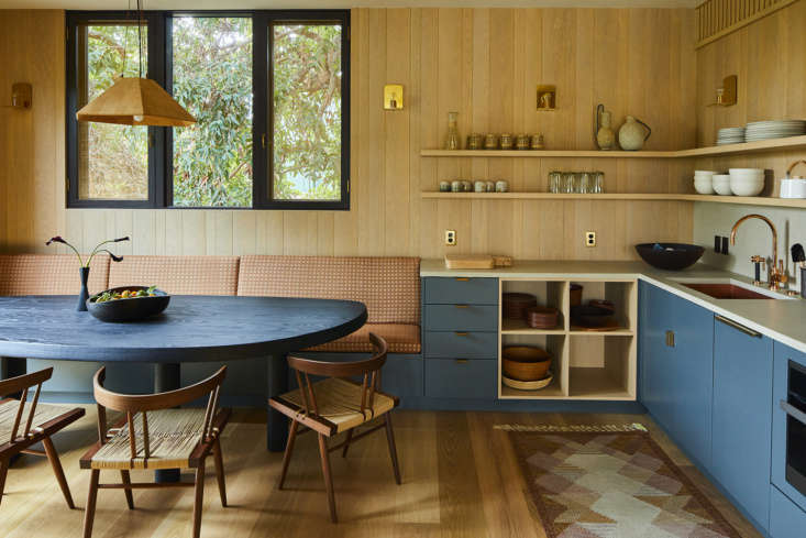 Studio Shamshiri also designed a new poolhouse, including a full kitchen and dining area, for the clients.
