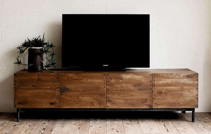 From Japanese brand Truck, the Dock TV Board is one of many TV Boards the company makes. Made of solid oak and steel legs, the unit comes in light or dark wood;¥ 35loading=