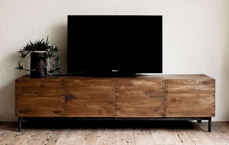 From Japanese brand Truck, the Dock TV Board is one of many TV Boards the company makes. Made of solid oak and steel legs, the unit comes in light or dark wood;¥ 35src=