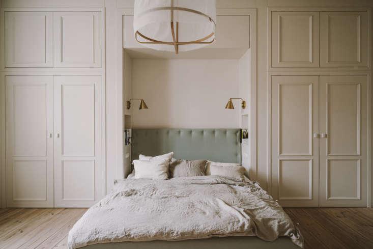 chrapka designed inset shelves on both sides of the bed alcove for storing book 20