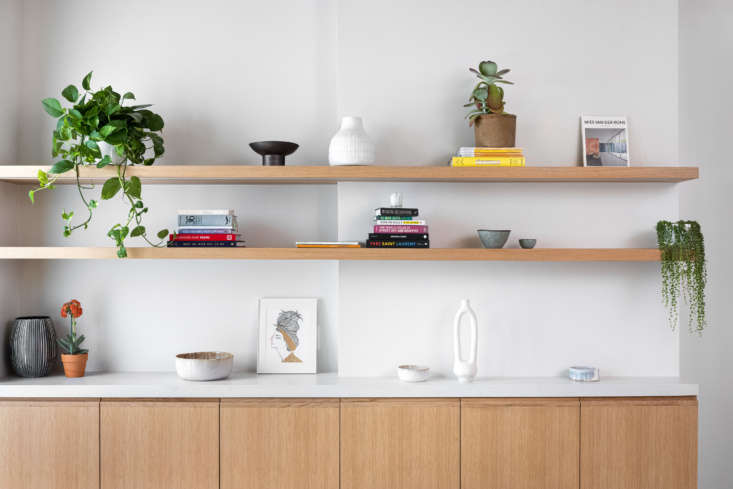 A sideboard of rift-sawn white oak cabinets with Caesarstone counters runs alongside the far wall. The sculptural white bud vase on the bottom shelf is by Simone Bodmer-Turner.