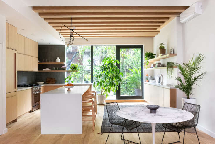 A goal of the owners was to be able to cook while interacting with each other and entertaining. The classic Saarinen Oval Table creates a compact dining area. Workstead&#8
