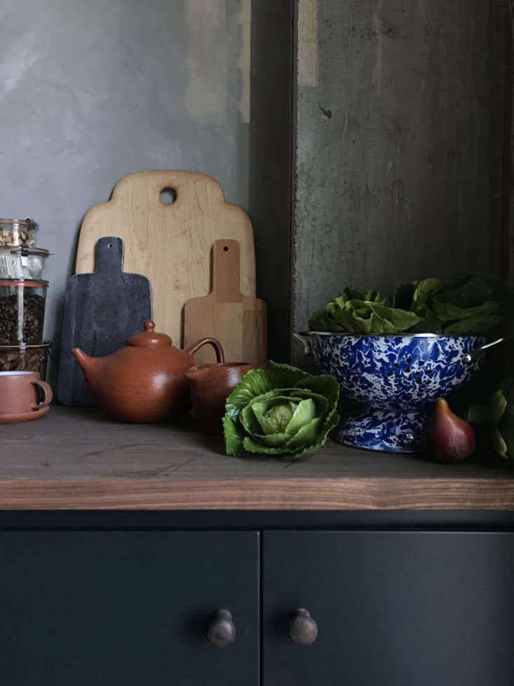 The Hoveys take delight in the details, down to the real-looking fake produce and plants (see their sourcing recommendations here). The Mexican red clay teapot is from Minna. Photograph by Hovey Design.
